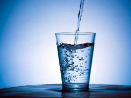 Bere a digiuno? 12 motivi per cui bere acqua appena svegli fa bene