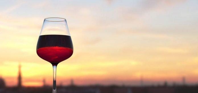 Vino rosso, un bicchiere ogni due settimane tutela la salute intestinale