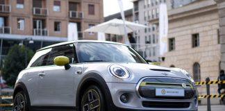 In centro a Milano compare una pista per la nuova Mini Cooper