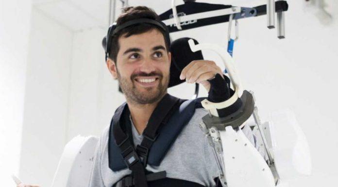 Uomo paralizzato torna a camminare grazie ad un esoscheletro robotico
