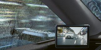 Specchietti retrovisori esterni virtuali sulla berlina Lexus ES